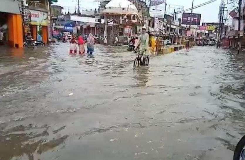 बरसात ने यूपी के इस जिले में कर दिए मुम्बई से हालात,  तालाब बनी सड़केें