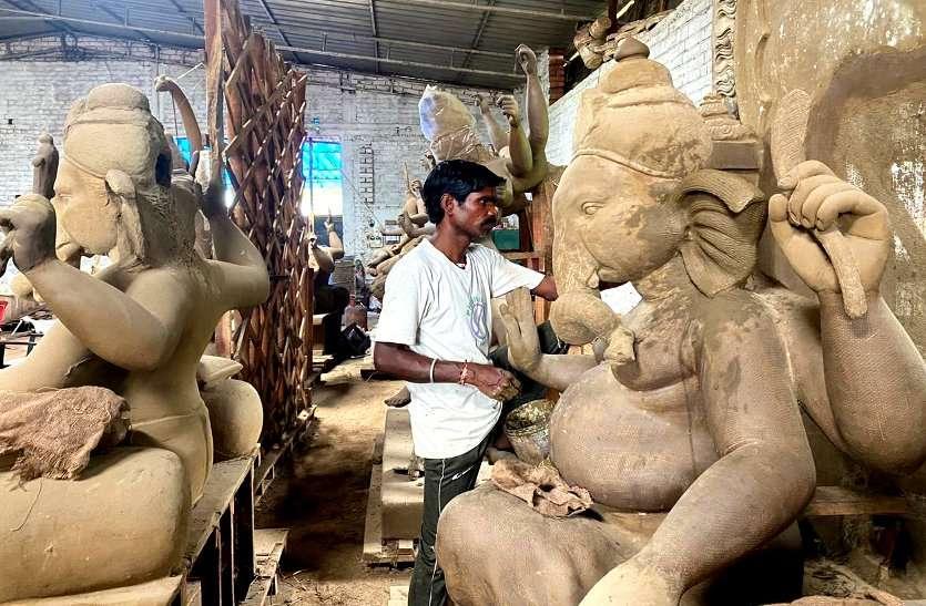 कोरोना संकट में गणेश पूजा के लिए सख्त गाइडलाइन, मूर्तियां नहीं बिकने से कर्ज में डूबे हजारों मूर्तिकार