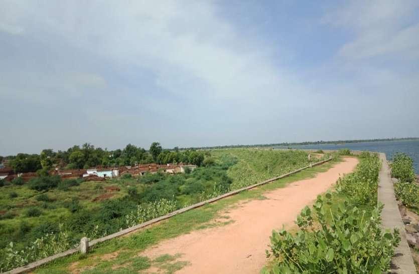 सिंहपुर बांध के नजदीक दो गांव के घरों में रिस रहा पानी