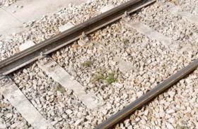 शक ने परिवार में लगाई आग, 3 बच्चों को लेकर ट्रेन केेेे आगे कूदी मां