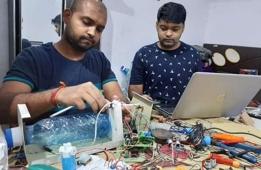 युवा इंजीनियरों ने बनाई सेंसर युक्त सेनेटाइजर मशीन