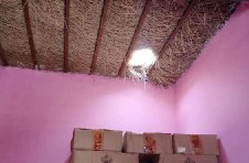 घास-फूस की छत तोड़कर शराब ठेके में घुसे चोर, चुरा ले  गए नकदी