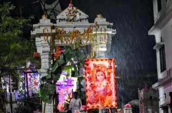 कृष्ण जन्मोत्सव पर इंद्र देव ने किया जलाभिषेक, हजारोंं फूलों से सजा ठाकुर जी का दरबार