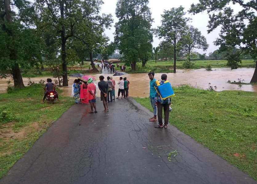 उफनता नाला पार कर रहा युवक बाइक समेत बहा, तैरकर बचाई जान, 4 घंटे तक अवरुद्ध रहा मार्ग