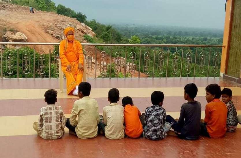 बच्चों से मिलकर अपने बचपन को याद कर रहे रविश्री