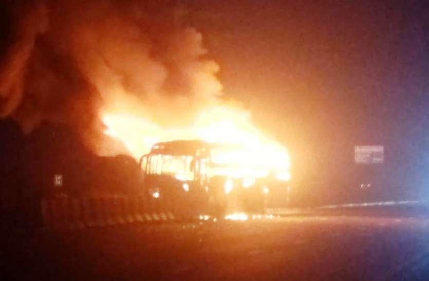 बिहार से गुजरात जा रही डबल डेकर बस में आगरा—लखनऊ एक्सप्रेस वे पर लगी आग, एक यात्री जिंदा जला, दो घायल