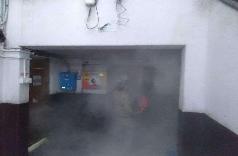VIDEO रतलाम नगर निगम में आग, सुरक्षा गार्ड ने पाया काबू