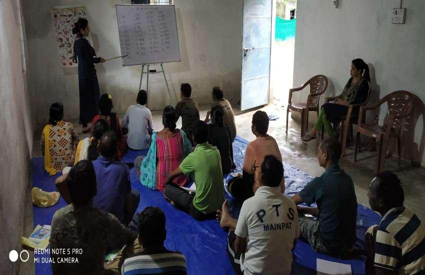 निरक्षर जवानों को साक्षर करने थाने में लग रही क्लास, नक्सल प्रभावित क्षेत्रों में पुलिस की अनोखी पहल