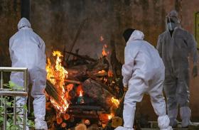 कोरोना से मरने वालों को मौत के बाद भी जगह नहीं, लोग बन रहे अंतिम संस्कार में रोड़ा