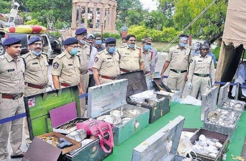 सरकारी अकाउंटेंट की करोड़ों की संपत्ति और हथियार जब्त, खुलती गई पेटियां, निकलता गया खजाना