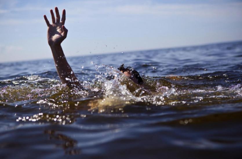 मां अपनी बच्ची के साथ नदी में डूबी, अंजान महिला ने बचाने को लगाई छलांग, उसके बाद...