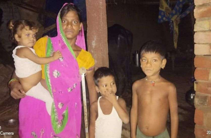 अपाहिज शिया देवी के तीनों बच्चों को मिला विद्यालय में प्रवेश, अब मिल सकेगा पालनहार का रुका हुआ पैसा