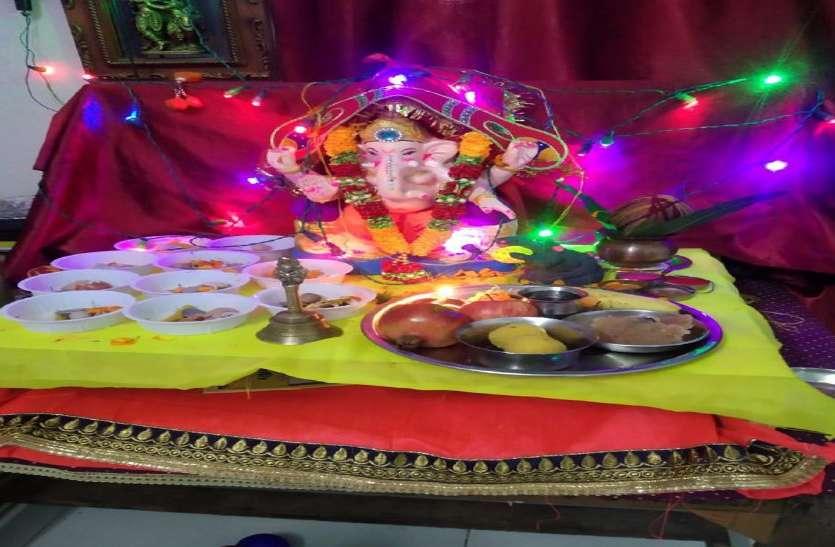 Ganesh chaturthi: बप्पा की भक्ति में डूबे भक्त, घरों में हुई स्थापना
