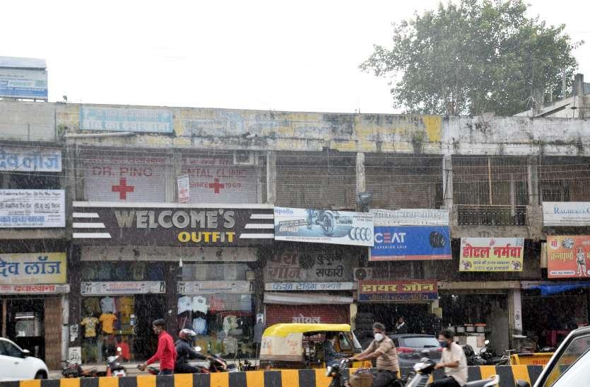इतनी जर्जर हो गई हैं इस बाजार की दुकानें कि जोर से धक्का देने पर हिलती हैं दीवारें