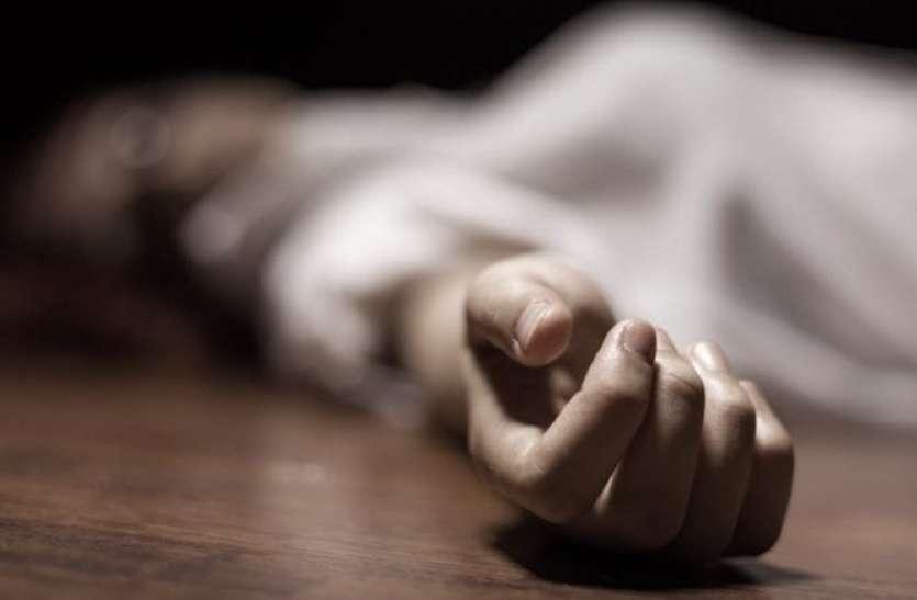 सड़क किनारे पड़ी मिली महिला की लाश, शरीर पर मिले चोटों के निशान