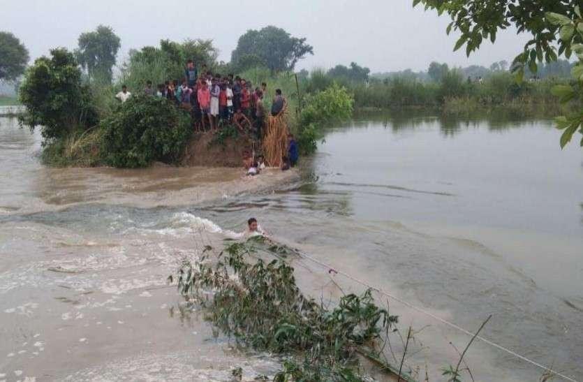 बाढ़ प्रभावित 25  लोगों को 7.68 लाख दिए, मौके से गायब एनएच के ईई.को सेलफोन से फटकार