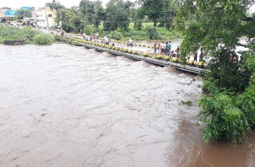 तेज बारिश से पानी की भारी आवक, करमाेेेेही नदी का पानी पुलिया को छूकर गुजरा