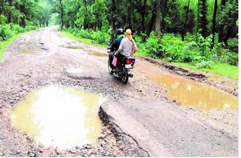 तीन महीने में ही गड्ढों में तब्दील हो गई प्रधानमंत्री ग्राम सड़क योजना की रोड