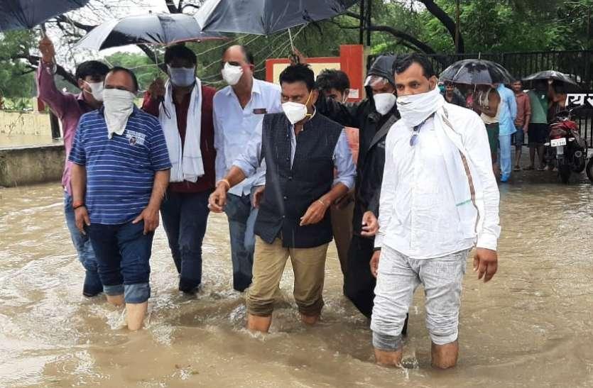 जल प्रभावित क्षेत्रों का मंत्री ने किया दौरा, कहा- लोगों के रहने के लिए तुरंत की जाए व्यवस्था