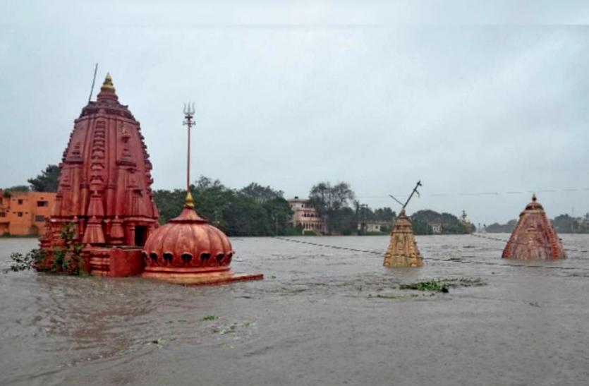 एक ही दिन की बारिश में डूब गया आधा शहर, छतों पर चढ़कर लोगों ने बचाई जान, नदी-नाले उफान पर
