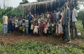 इस घनघोर जंगल में बसे गांव को सरकार गांव नहीं अतिक्रमण मानती है