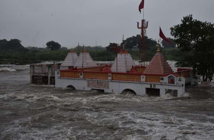 भाणवड में छह घंटे में आठ इंच बारिश, फल्लू नदी में पानी बढ़ा, जामनगर दरेड का खोडियार मंदिर फिर डूबा