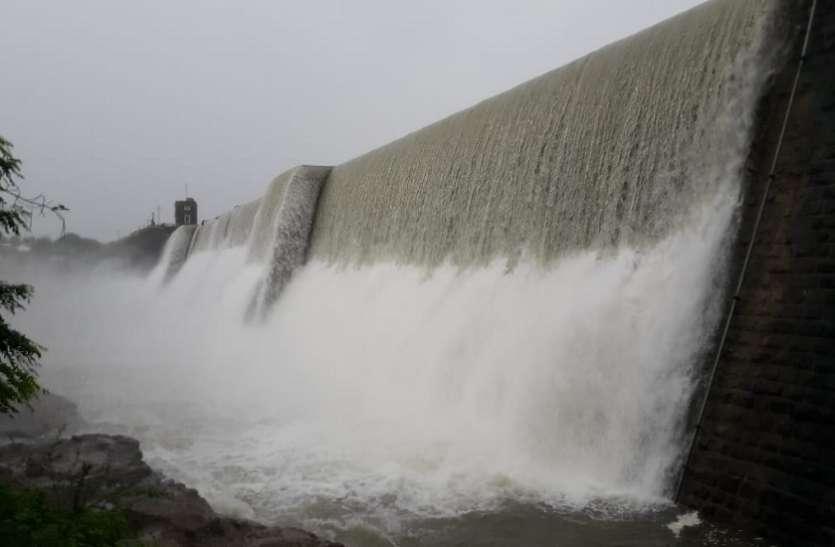 जोडिया में 24 घंटे में 15 इंच बारिश 24 जलाशय, 7 बांध छलके