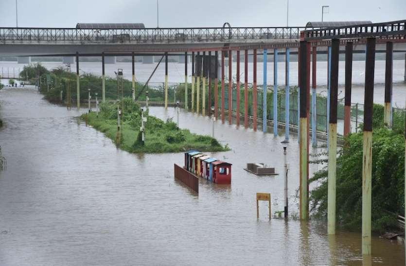 -भू-माफिया कर रहा नदी में पुल बनाने की तैयारी