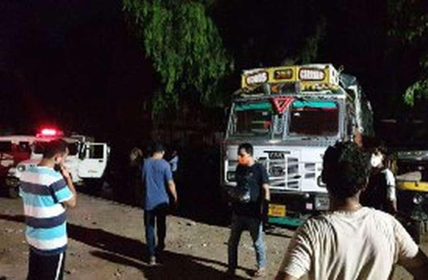 पुलिस नाकों को तोड़ शहर में घुसा ट्रक