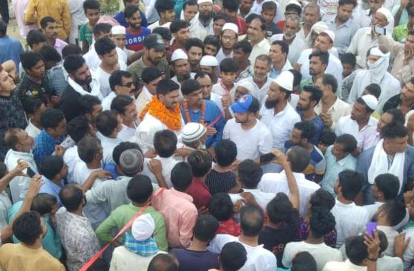 भाजपा नेता ने उड़ाई सोशल डिस्टेंस धज्जियां, हजारों लोगों की भीड़ जुटाकर किया सड़क का शिलान्यास