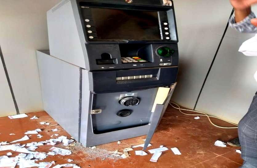 बेमेतरा: पंजाब नेशनल बैंक के ATM में शटर काटकर घुसे चोर, पैसे नहीं चुरा पाए पर सीसीटीवी में हो गए कैद