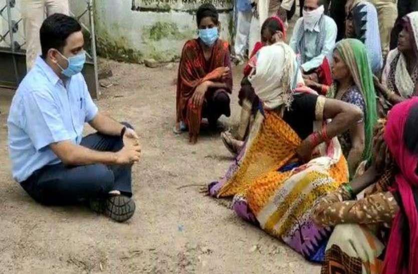न्याय मांगने पहुंची महिलाएं तो जमीन पर बैठकर समस्या सुनने लगे एमपी, शिकायत मिलते ही टीआई को हटाया