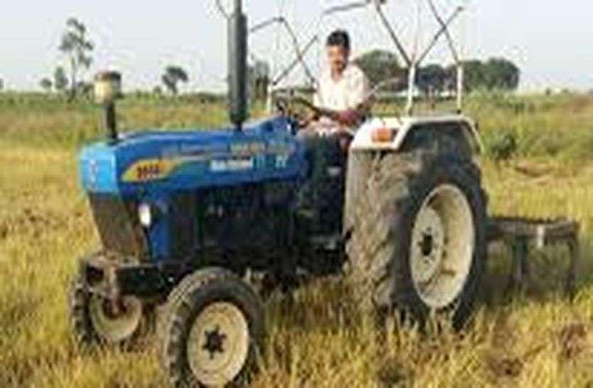टिड्डी व सूटे से निराश किसानों ने अपनी फसलों पर चलाया ट्रेक्टर