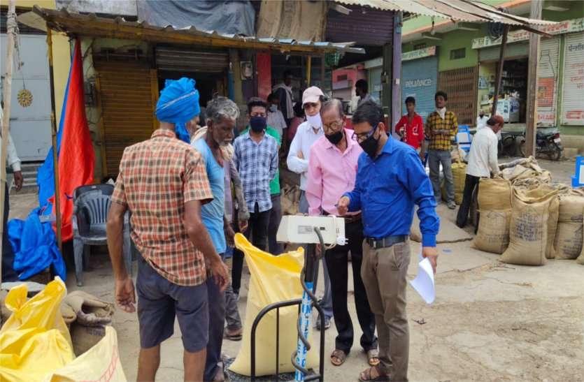 पीडीएस के चावल बिकने की सूचना पर पहुंचे अधिकारी, दो दुकानें की सील