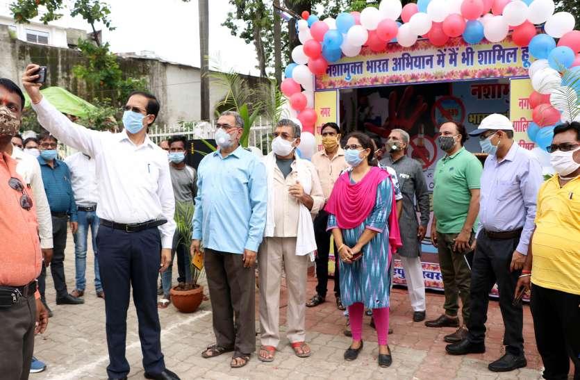 कलेक्टर ने सेल्फी लेकर किया नशा मुक्त भारत सेल्फी प्वाइंट का शुभारंभ