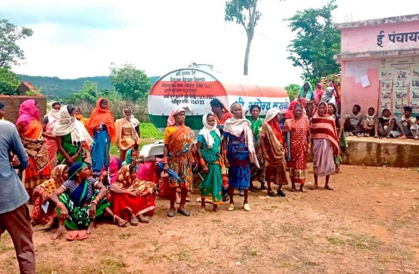 शाहपुर की नरिया के ग्रामीणों ने घेरा पंचायत ऑफिस