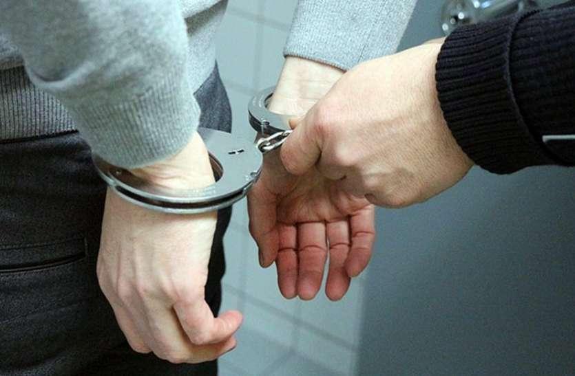 लूट के मामले में रिटायर सिपाही समेत चार गिरफ्तार