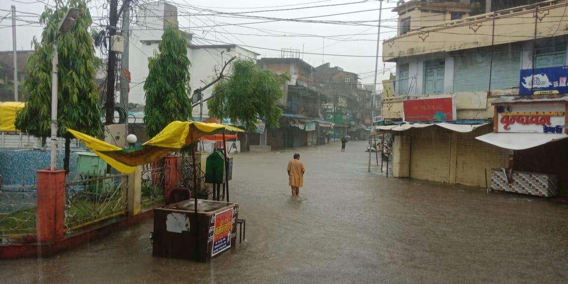 Heavy Rain नर्मदा का रौद्र रूप, खतरे के निशान के ऊपर पहुंची, निचली बस्तियों में भरा पानी