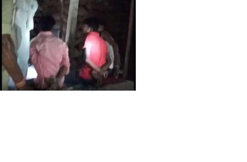 बिहार पुलिस की करतूत, मुखिया पति के साथ तीन युवकों को बेरहमी से पीटा