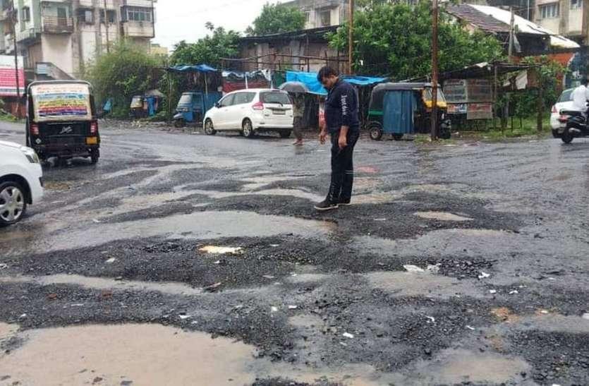 बरसात में वलसाड की सड़कों का बुरा हाल