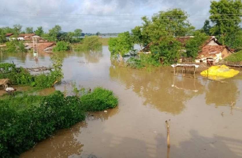 कुम्हारी गांव में चली नाव, आधा दर्जन ग्रामीणों को बचाया