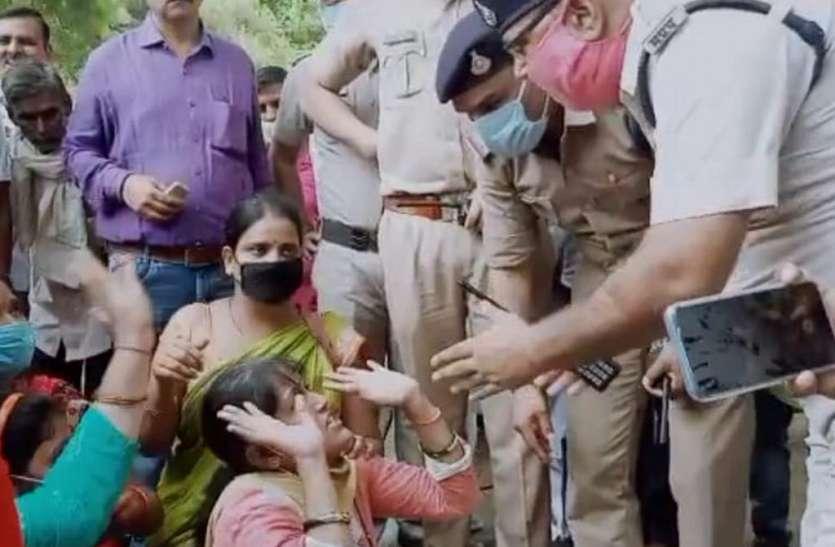 भाजपा अध्यक्ष व केंद्रीय मंत्री के वाहन के आगे बैठी महिलाएं, बोलीं-हमें फांसी पर चढ़ा दो