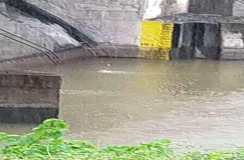 भारी बारिश, कई मार्ग बंद, सड़क पर जलजमाव, देखें वीडियो