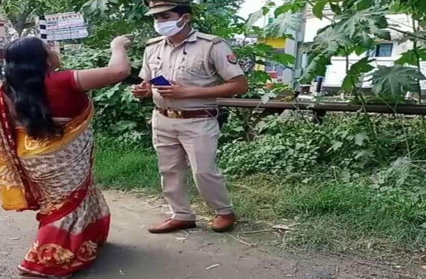 गुस्साई महिला ने चौकी प्रभारी की वर्दी फाड़ दी पर पुलिस टीम शांत रही और चौकी के अंदर आ गई क्यों ?