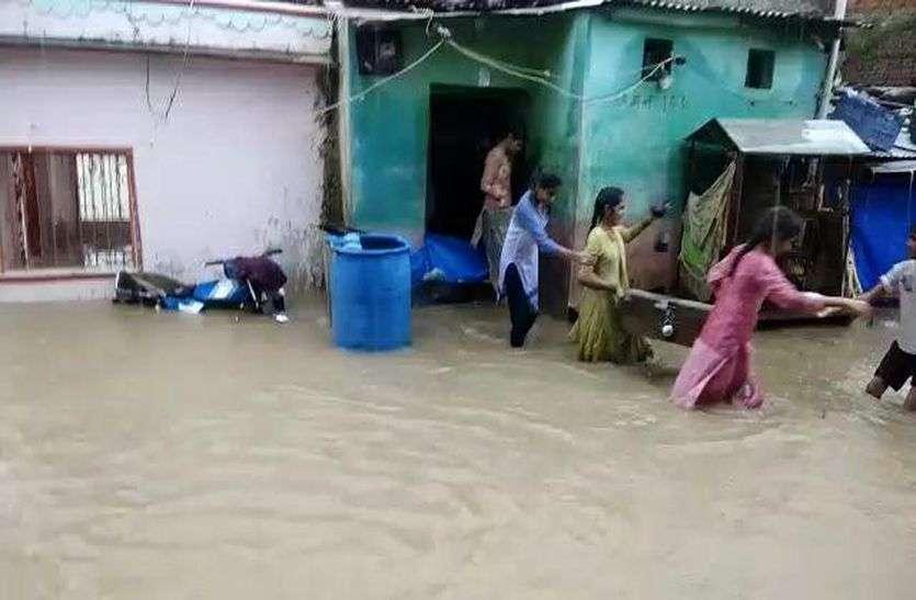 भारी बारिश, कई मार्ग बंद, सड़क पर जलजमाव