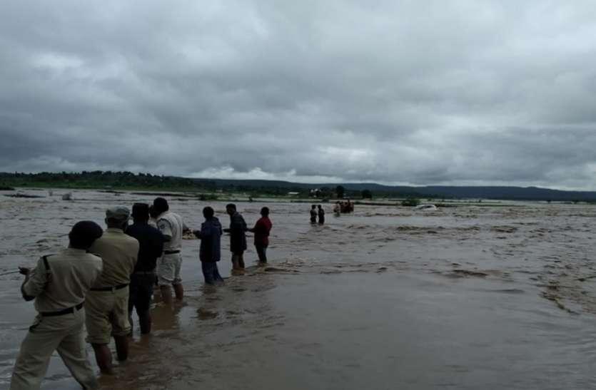 बारिश व बाढ़ का प्रकोपः कहीं नाले में बहा किसान तो, कहीं पुलिस ने बचायी युवक की जान