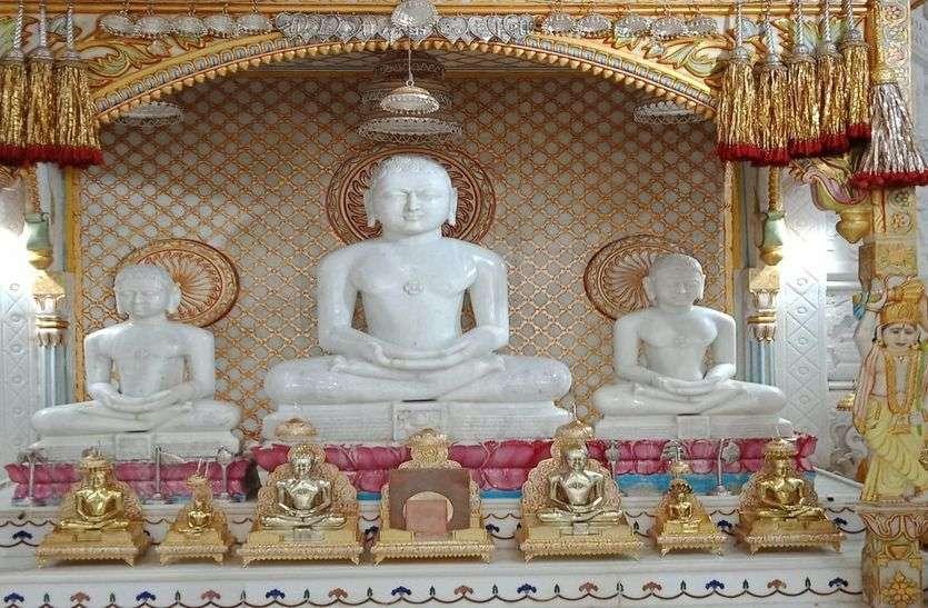 दिगम्बर जैन समाज के मंदिरों में हुए अभिषेक व शान्तिधारा