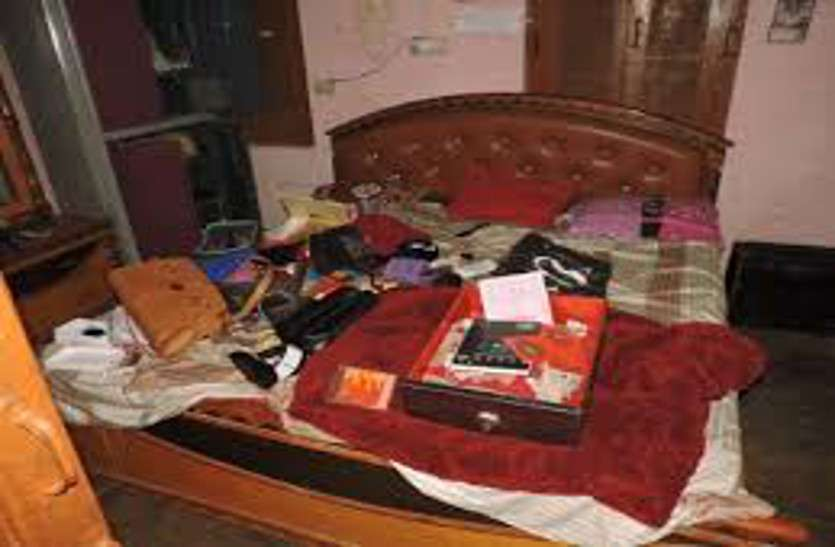 घर में सोती महिला का मुहं दबाकर लूट ले गए जेवरात