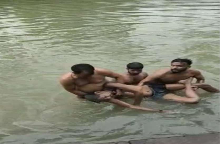 मोतीचूर नदी पर नहाने गए युवक की डूबने से मौत,गोताखोर की मदद से निकाला बाहर