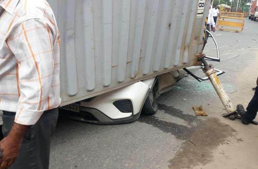 दर्दनाक हादसा: ट्रोले से कंटेनर कार पर गिरा, प्रॉपर्टी व्यवसायी की मौत, साथी घायल